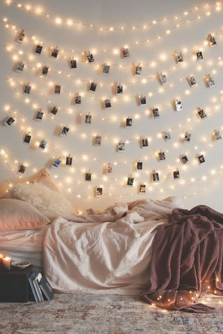 string lights for bedroom nine creative ways to use string lights in the bedroom UIVTNXN