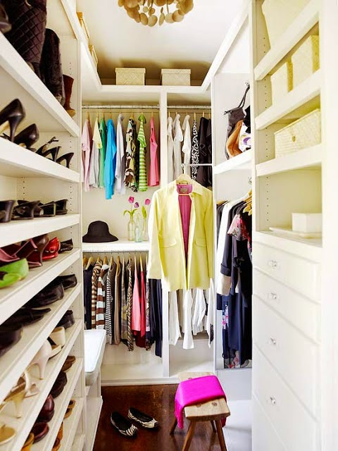 walkin closet super-small-walk-in-closet-with-a-smart- SABUWHN