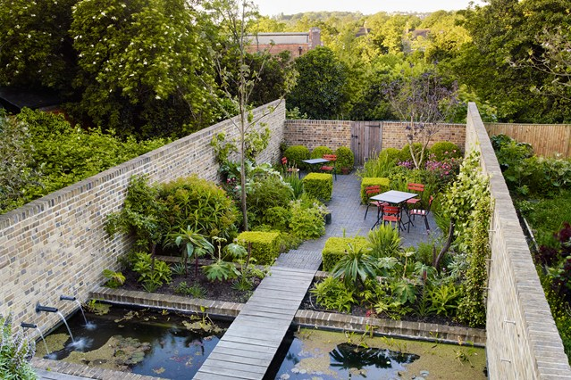 walled garden with tables and seating - design ideas for small gardens, NFRVDUB