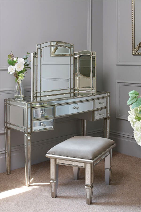 Mirrored Dressing Table for Better Command on Applying Make-up