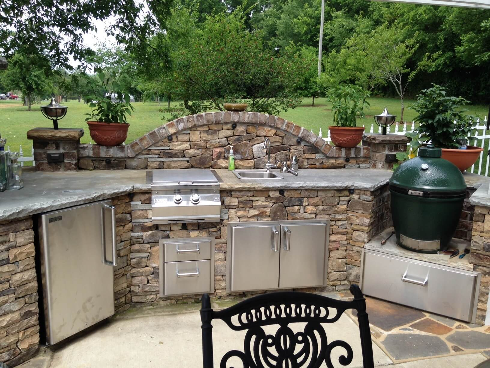 slate and stone outdoor kitchen décor MVOYTAF