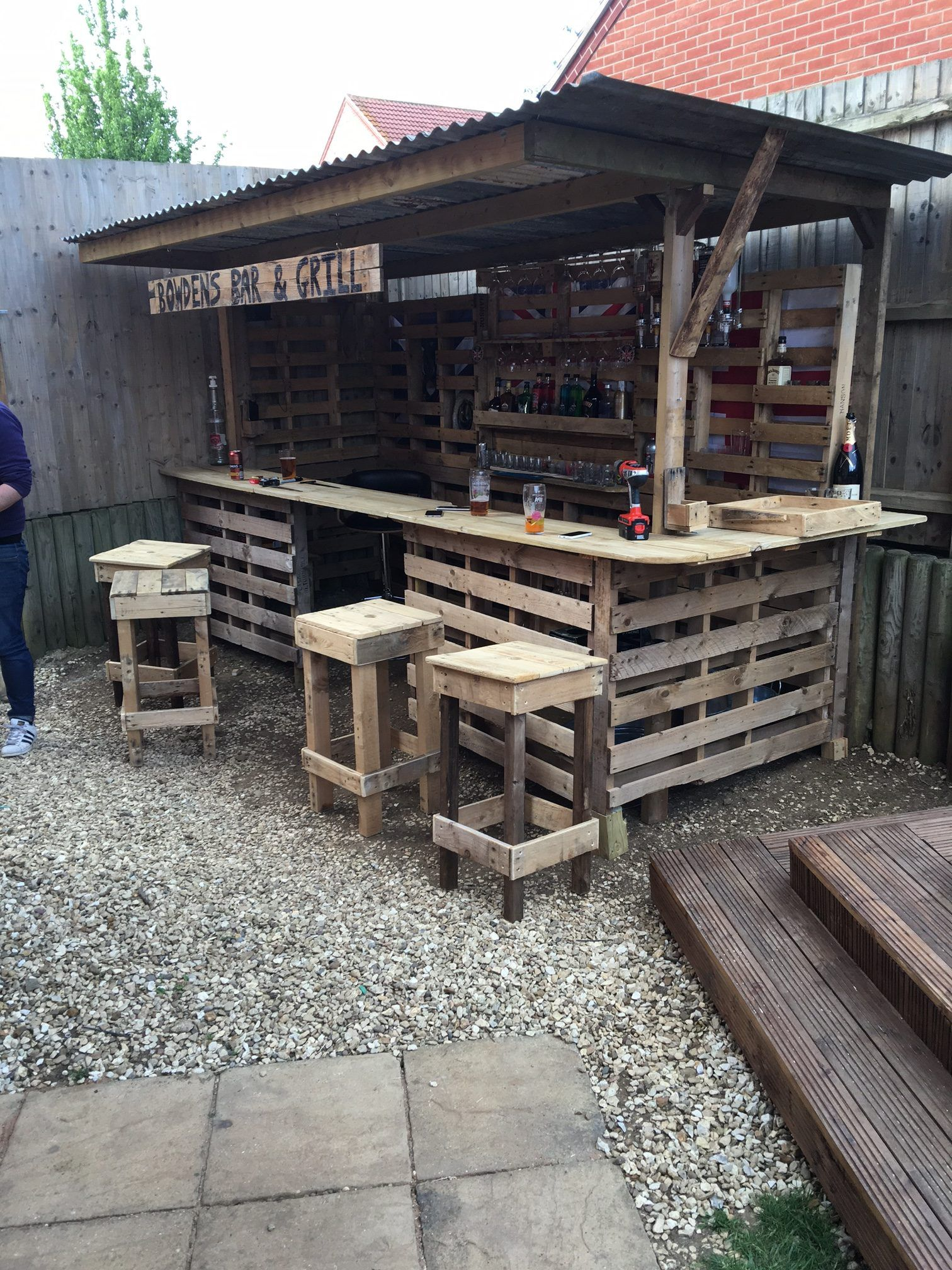 Garden bar how to turn a pile of old pallets into a cool outdoor bar KWSFAOP